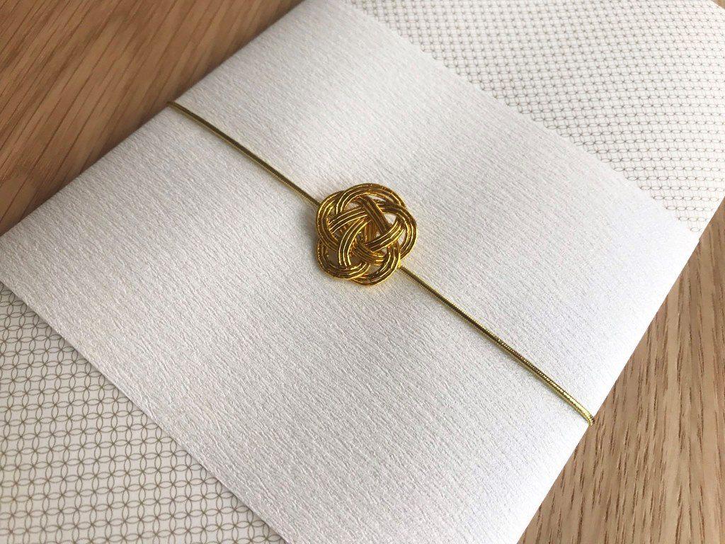 金色の水引梅結びと檀紙を席次表に取付 拡大