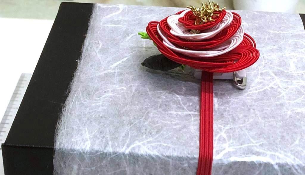 クリップ付の水引梅結びのギフト用包装資材 厚み