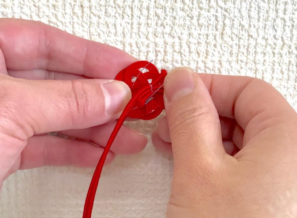 水引梅結びにゴム紐を針金で取付